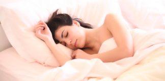zena-v-posteli