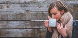 žena pije čaj-onemocnění močových cest