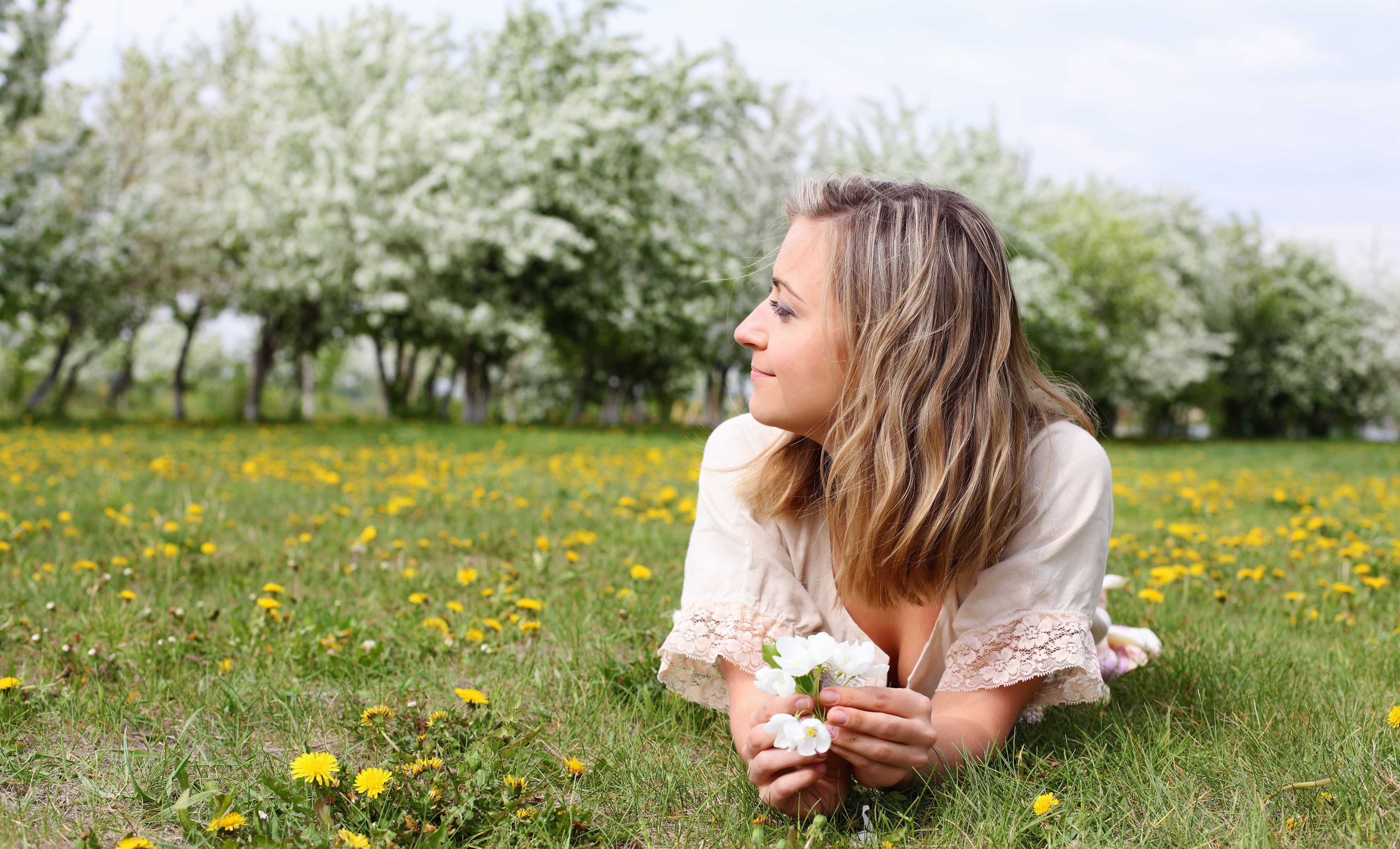 zena a kvetiny